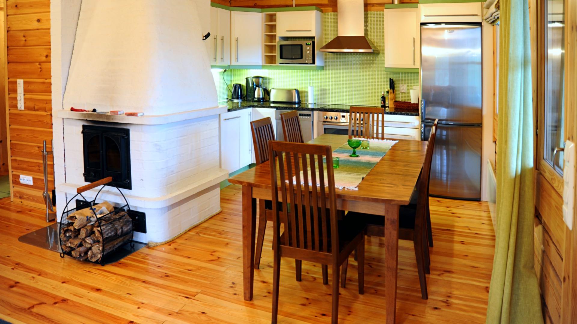 Nuottakalliossa on avara keittiö ja ruokailutila.