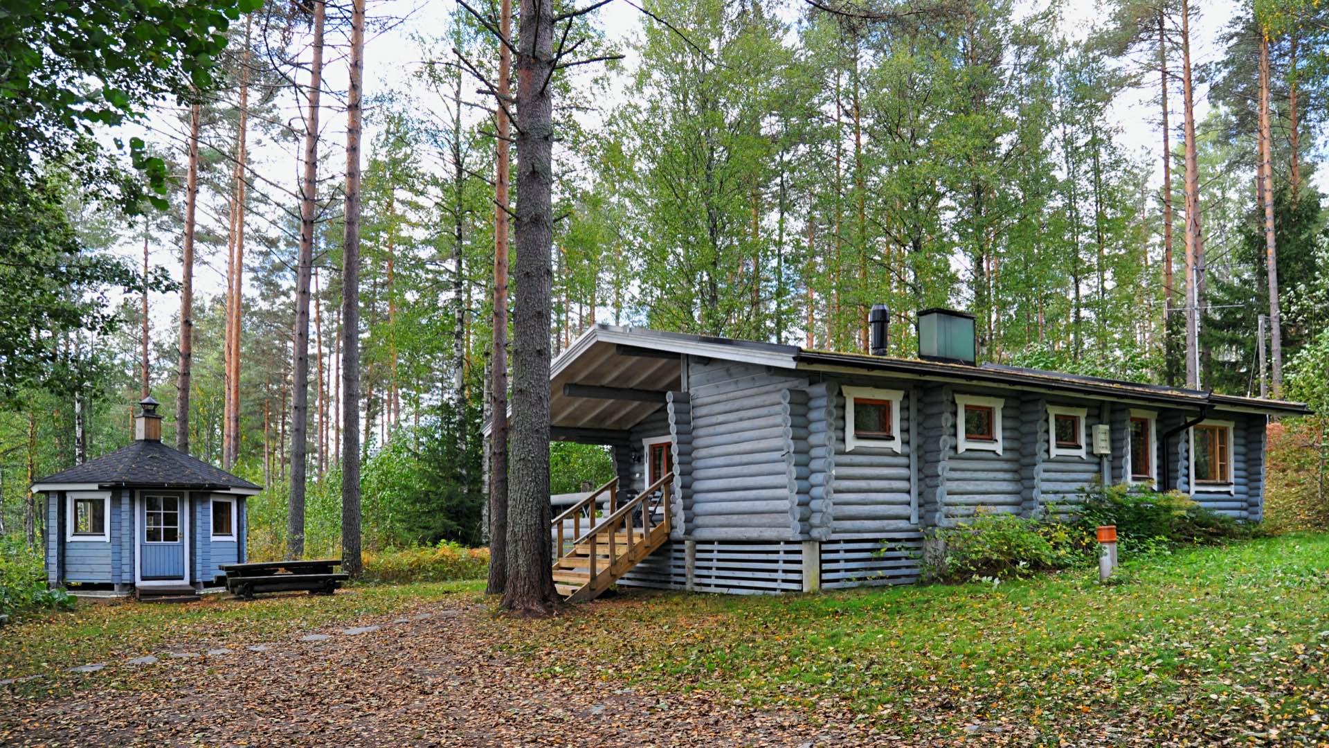 Коттедж Васиккахака — очаровательный трехкомнатный коттедж, который находится на берегу небольшого тихого озера Хяркяярви в Юго-Восточной Финляндии, в городе Миккели.