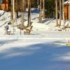 Pieni poika hiihtää Syväjärven lomamökin edustalla